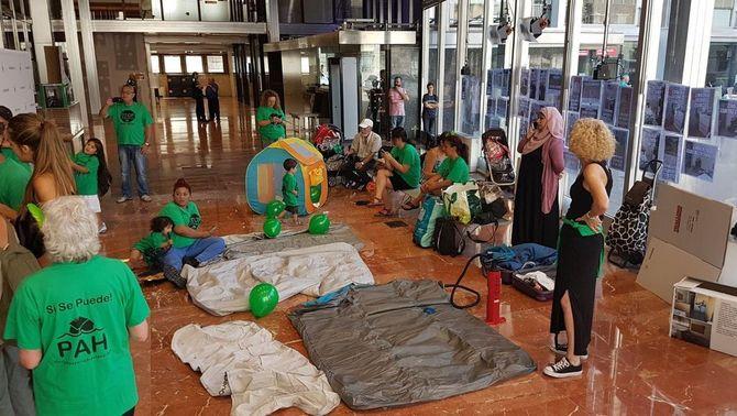 La PAH acampa durant deu hores a l'Ajuntament de Barcelona