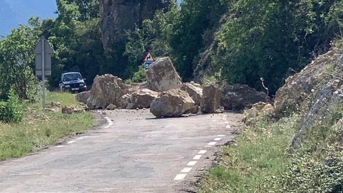Esllavissada de pedres a la carretera LV-9124 a Castell de Mur
