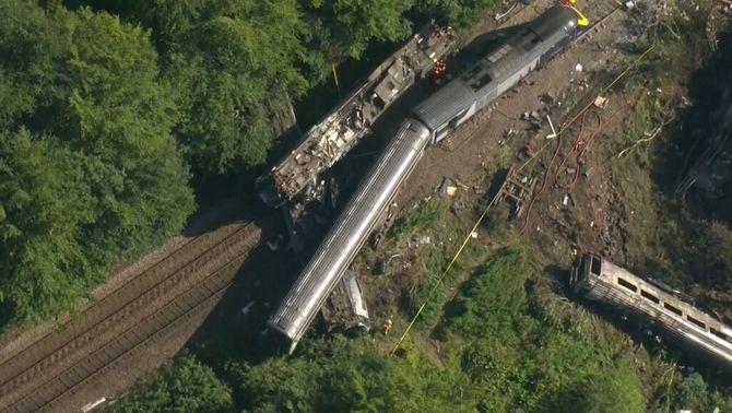 Tres morts en el descarrilament d'un tren de passatgers a Escòcia