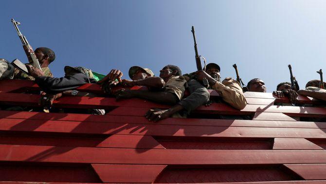 Soldats de l'exèrcit d'Etiòpia es traslladen a la la regió de Trigre per l'ofensiva militar (Reuters/Tiksa Negeri)