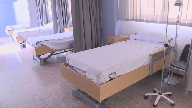 L'Hospital d'Alcoi instal·la llits a la cafeteria per atendre l'allau de malalts de Covid