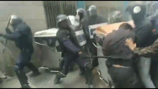 Cinc detinguts en un desnonament al barri del Raval, amb càrregues dels Mossos