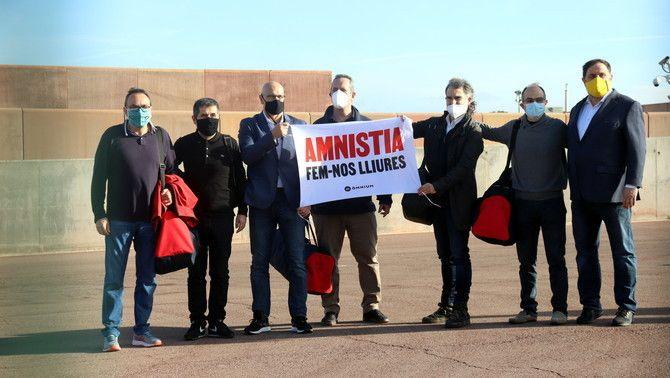Els set dirigents polítics empresonats a Lledoners, amb una pancarta a favor de l'amnistia