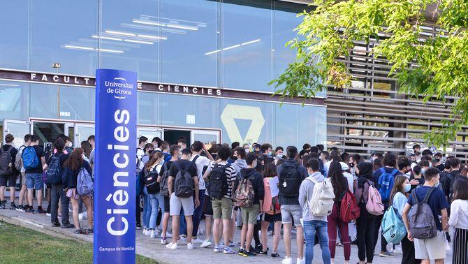 Estudiants fent cua durant els exàmens de selectivitat 2021 al Campus Montilivi de Girona