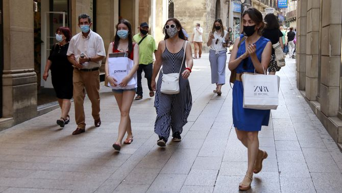 Gent passejant pel carrer Major de Lleida, aquest juny