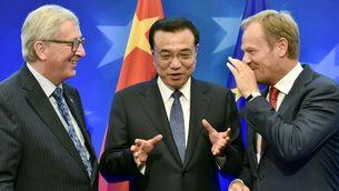 El primer ministre xinès entre els presidents de la Comissió Europea (a l'esquerra) i del Consell Europeu (a la dreta), durant una cimera a Brussel·les fa dos anys (Reuters)