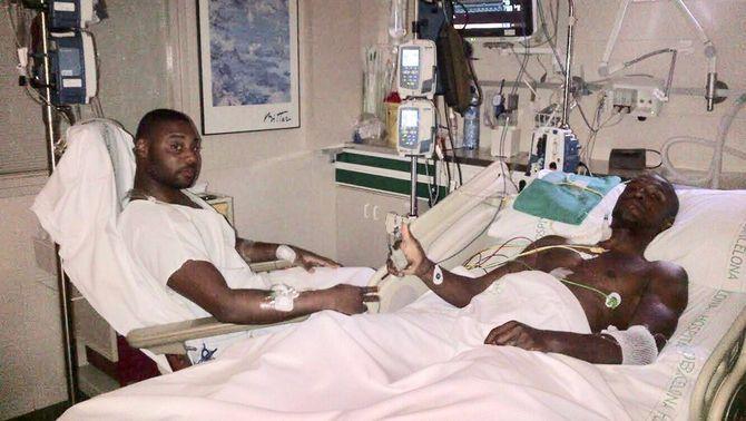 La imatge que ha publicat Éric Abidal al seu Twitter recuperant-se al costat del seu cosí després del trasplantament de fetge. (HORITZONTAL)