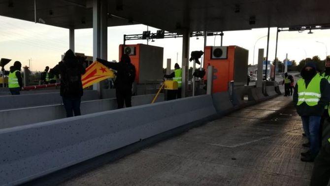 Els CDR aixequen les barreres d'una dotzena de peatges, en plena operació tornada
