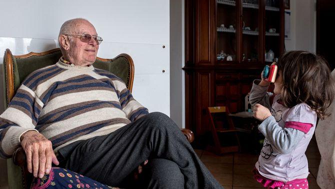 Una nena de tres anys amb el seu avi, a San Fiorano, al nord d'Itàlia, on porten un mes confinats a casa (Reuters/Marzio Toniolo)