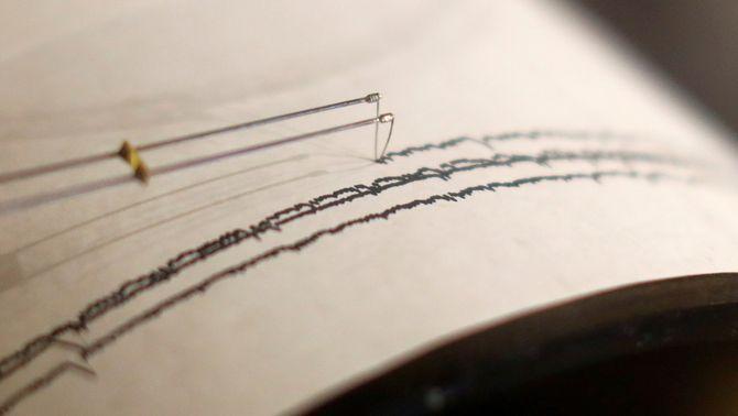 primer pla d'una agulla registrant els moviments sísmics