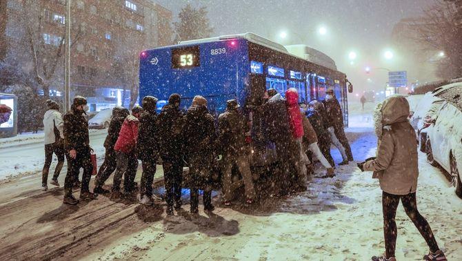 La neu posa Madrid en alerta vermella i obliga a suspendre trens i tancar Barajas