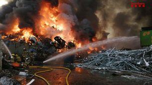 Crema una gran pila de cotxes desballestats en una nau de reciclatge de Castellbisbal