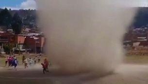Un dimoniet, el jugador número 12 en un partit de futbol a Bolívia