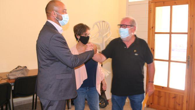 Pla americà de l'alcalde de Roquetes, Paco Gas, encaixant les mans amb el president de la Federació d'ERC a l'Ebre, Albert Salvadó. I…