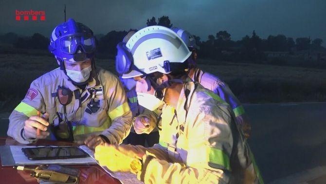 Efectius dels Bombers planificant l'extinció de l'incendi de l'Anoia i la Conca de Barberà
