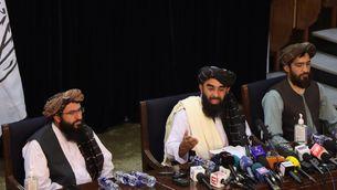 El portaveu dels talibans, Zabihullah Mujahid, al centre, en la primera roda de premsa després de fer-se amb el control de Kabul (EFE)