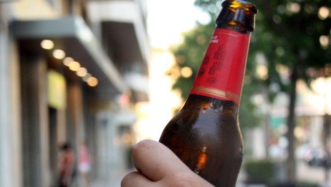 Multes de fins a 600 euros als menors que estiguin bevent alcohol o fumant al carrer a Girona