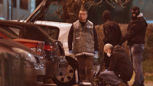 Els investigadors policials busquen proves a Reims, on s'ha dut a terme una macrooperació per detenir els sospitosos. (Foto: Reuters)