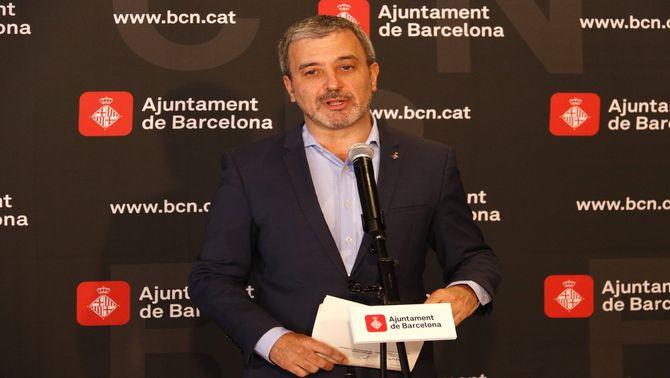 El tinent d'alcaldia Jaume Collboni, atenent els mitjans el 16 de maig del 2017 (horitzontal)