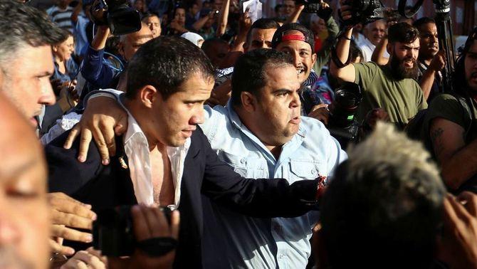 Simpatitzants chavistes agredeixen Guaidó a la seva arribada a l'aeroport de Caracas