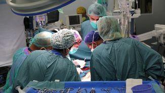 Equip mèdic que ha operat al pacient