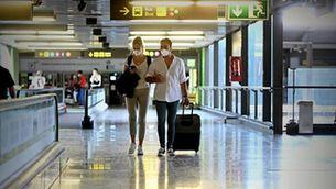 Dos turistes en un aeroport, en plena pandèmia de Covid