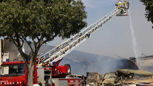 Extingit l'incendi en un magatzem de pastisseria de 1.000 metres quadrats i dues naus a Montblanc