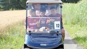 Piqué, Alba i Riqui Puig en un bugui durant la pretemporada (FCB)