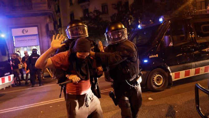 Els Mossos han detingut almenys dues persones durant els incidents posteriors a la manifestació de la Diada (EFE/Quique Garcia)