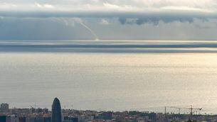 Tromba marina davant de Barcelona i grans cortines d'aigua sobre el mar