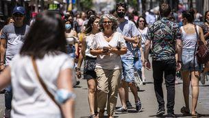 Gent pel carrer amb i sense mascareta