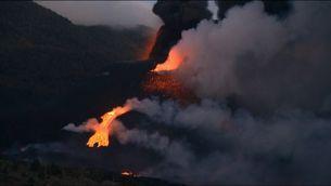 EN DIRECTE | Onada de lava en trencar-se una boca del con principal del volcà