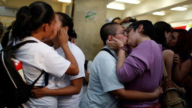 Parelles homosexuals es fan petons a Mèxic durant una protesta contra l'homofòbia (Reuters)