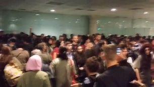 Indignació d'una afectada per les cues a l'aeroport del Prat
