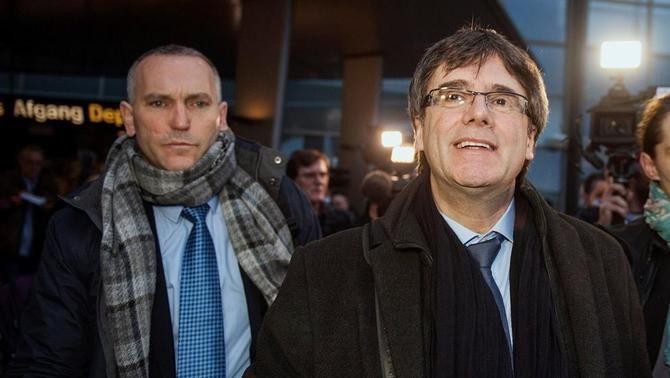 L'expresident Carles Puigdemont, escortat pel mosso Lluís Escolà (EFE)