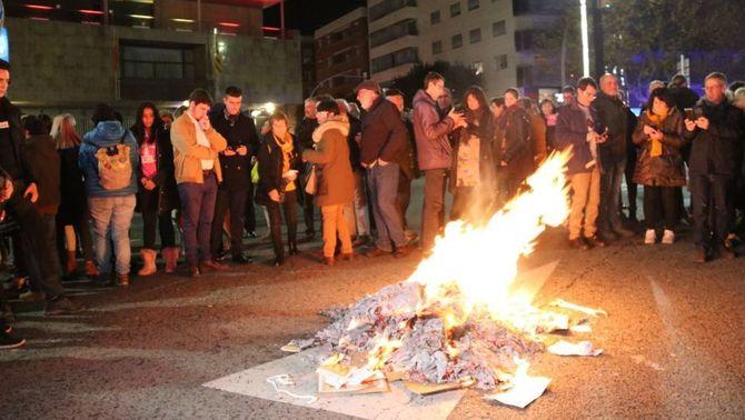 Constitucions cremades i tensió amb els Mossos en el 6D independentista