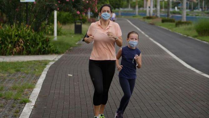 Sanitat flexibilitza el passeig: nens amb dos adults i esport en grup