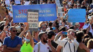 """Moltes persones sense mascareta s'han congregat a la plaça Colón perquè """"la Covid-19 ara ja no provoca morts"""""""