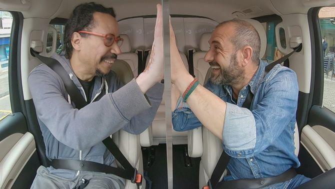 El músic Wagner Pá puja al cotxe amb Eloi Vila.