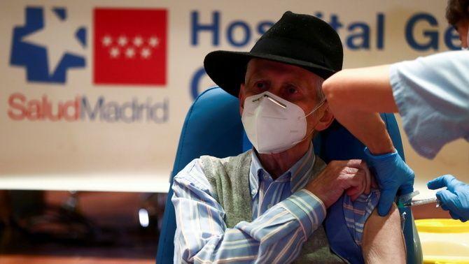 Un home rep la vacuna de Pfizer a l'hospital Gregorio Marañón de Madrid
