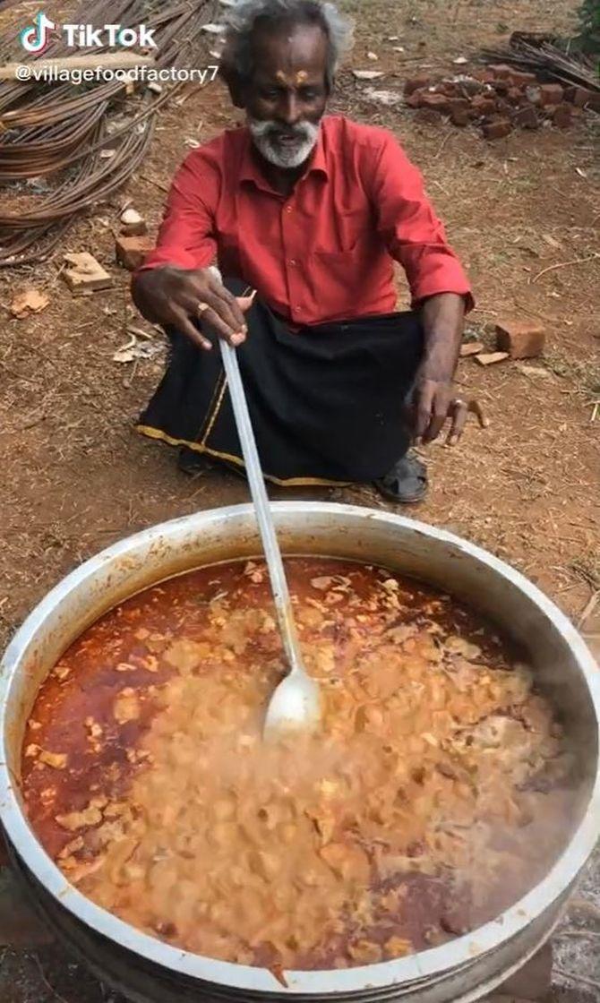 Home gran cuinant amb una olla molt grossa