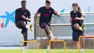 Pedri i Ansu Fati en la sessió de preparació del partit contra el Benfica. (Foto: EFE)