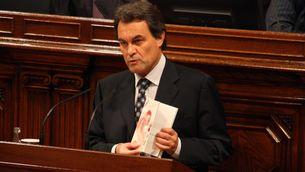 De manera excepcional, Artur Mas ha pujat al faristol i amb un Estatut a la mà. (Foto: ACN)