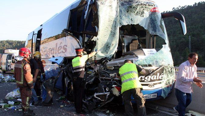 Trenta ferits, dos de greus, en xocar un camió i un autobús a l'A-2 a Jorba