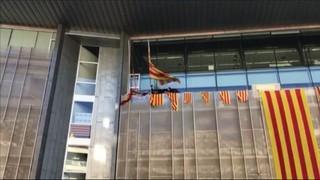 Imatge de:Es despenja la bandera espanyola de la Delegació del Govern de la Generalitat a Girona