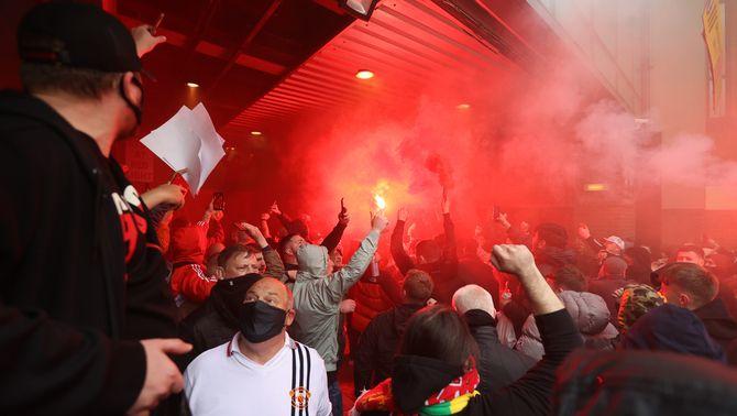 Centenars d'aficionats envaeixen Old Trafford com a protesta contra els propietaris del club
