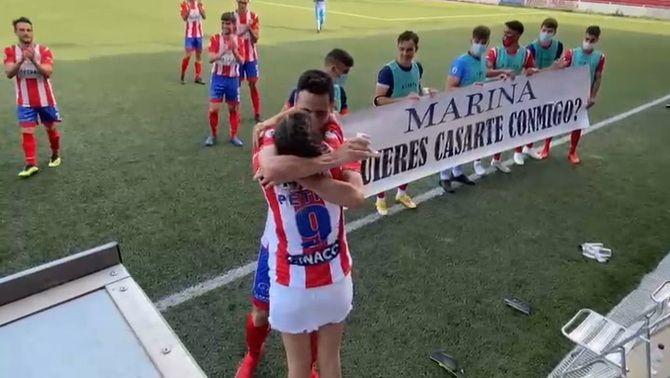 Marca un gol i ho celebra amb una petició de matrimoni