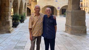 El Jordi i el Ramon a la plaça de l'Església d'Horta de Sant Joan