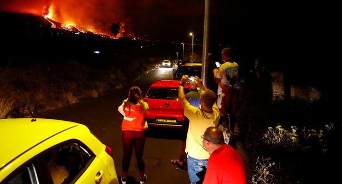 Residents a La Palma observen l'erupció i fan fotografies des de la carretera