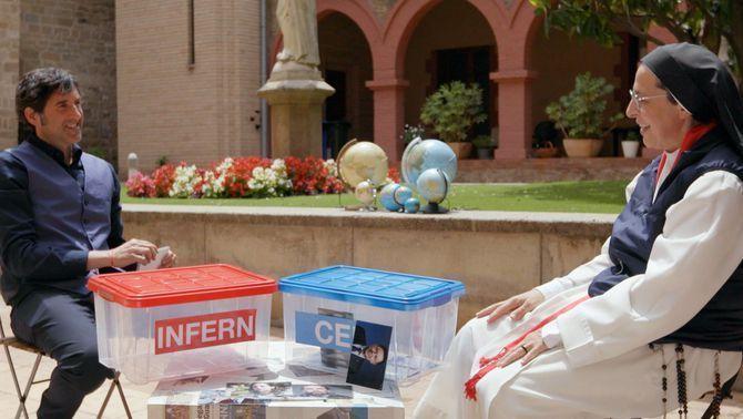 La monja dominica ha jugat a les diverses activitats que li ha proposat Oriol Parreño
